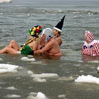Eisbaden macht Spaß - © Reinhard Grieger / pixelio.de