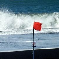 Rote Flagge am Strand - © Ingrid Kranz / pixelio.de