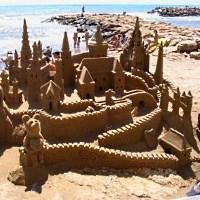 Kunstvolle Burg aus Sand - © espana-elke / pixelio.de