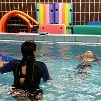 Diverse Schwimmhilfen im Schwimmunterricht - © Reschke