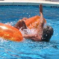 Luftmatratze im Pool © espana-elke / pixelio.de