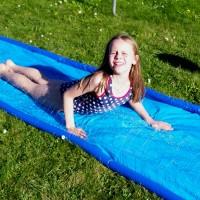 Kind auf der Wasserrutsche - © Reschke